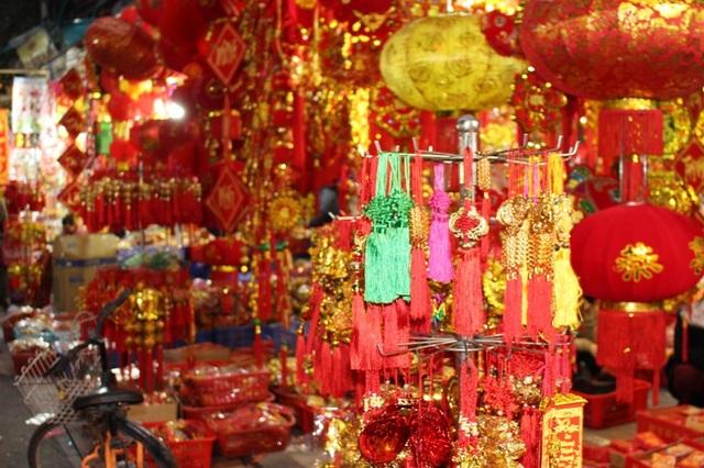 Các mặt hàng trang trí rất đa dạng, phong phú về chủng loại, số lượng, nhưng chủ yếu vẫn là sắc đỏ, vàng.