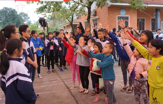 Các em nhỏ ở Làng trẻ em SOS háo hức với những trò chơi mà các anh chị Trường THPT chuyên Phan Bội Châu tổ chức ngay tại Làng.