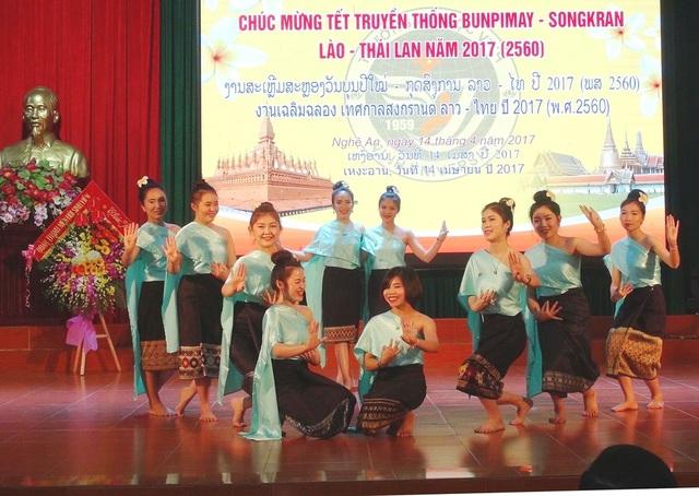 Những tiết mục văn nghệ đặc sắc mang đậm bản sắc của hai đất nước Lào, Thái Lan do chính các bạn du học sinh thể hiện.