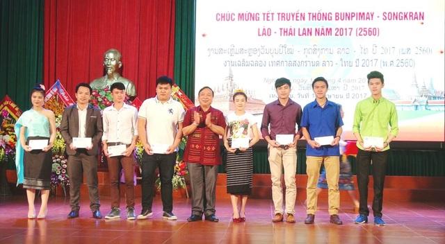 Các bạn du học sinh có thành tích học tập xuất sắc được tặng thưởng trong dịp tết cổ truyền.