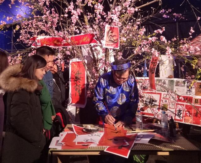 ... mà các bạn trẻ người Việt Nam tại Đức cũng hào hứng xin chữ ông Đồ trước thềm năm mới.