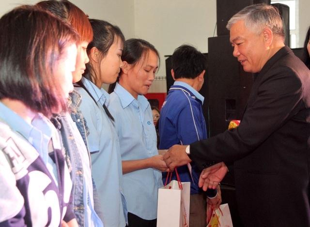 Ông Phạm Đức Châu, Phó Bí thư Thường trực Tỉnh ủy Quảng Trị tặng quà Tết cho các công nhân