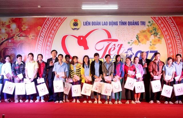 Ông Nguyễn Hữu Dũng, Chủ tịch Uỷ ban MTTQVN tỉnh tặng quà cho các công nhân