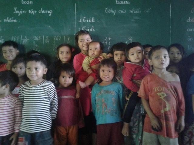 Hồ Thị Nhung (áo xanh), người được Dân trí đăng tải hình ảnh địu em đến trường.