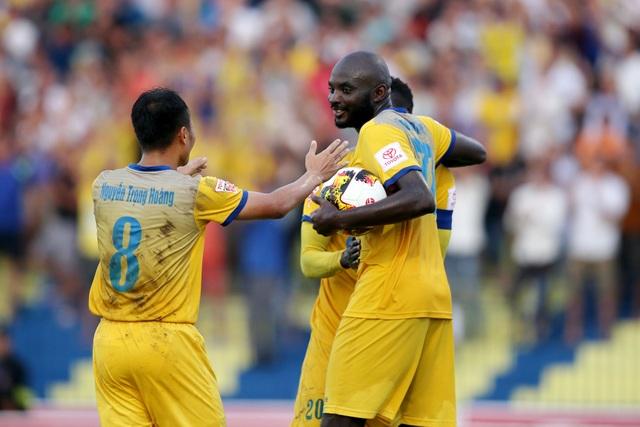Các cầu thủ Thanh Hóa ăn mừng sau khi bàn thắng, ảnh: Minh Phương