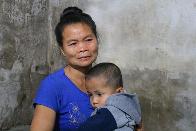 Bà ngoại bé Đông ngồi ôm cháu trong căn nhà vắng hơi ấm gia đình