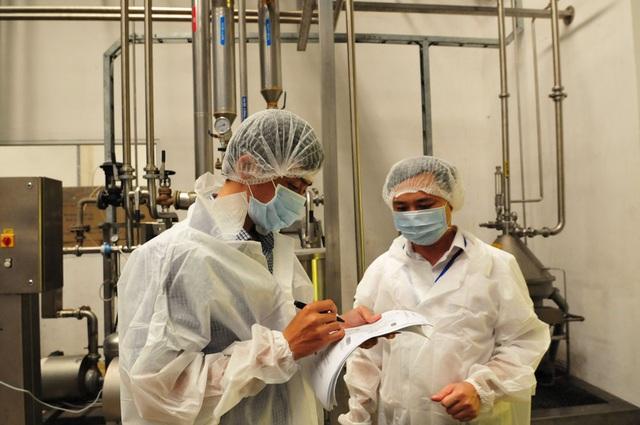 Đại diện Control Union thực hiện đánh giá giám sát để cấp chứng nhận hữu cơ cho trang trại TH, nhà máy sữa TH