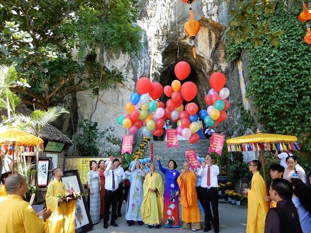 Lãnh đạo TP Đà Nẵng và quận Ngũ Hành Sơn thả bong bóng vì hòa bình