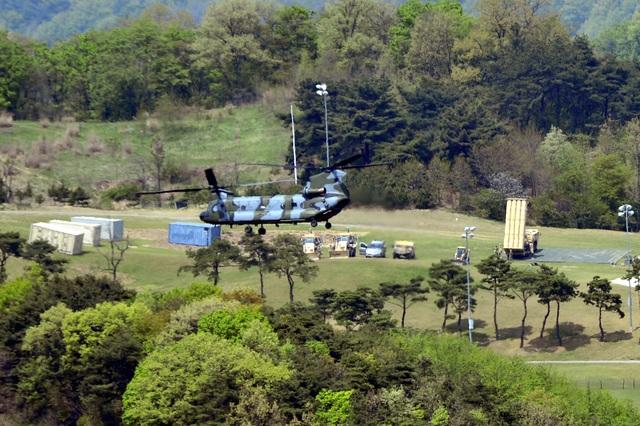 Hệ thống đánh chặn của THAAD (phải) được đặt tại Seongju, Hàn Quốc hôm 26/4 (Ảnh: Reuters)