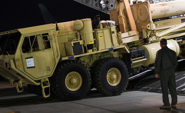 Một phần của hệ thống THAAD đã được chuyển tới căn cứ không quân Osan tại Hàn Quốc hôm 7/3 (Ảnh: Reuters)