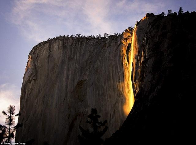 Vẻ đẹp kỳ vĩ của thác lửa dưới ánh hoàng hôn