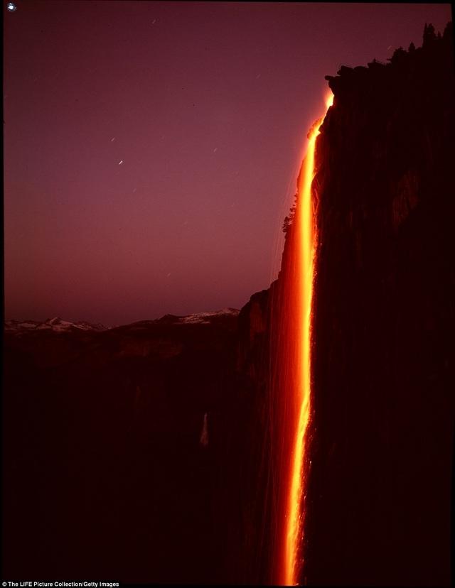 Nhìn từ xa, ngọn thác như chuyển thành khối dung nham nóng bỏng chảy xuống phía dưới nhờ hiện tượng phản chiếu ánh sáng