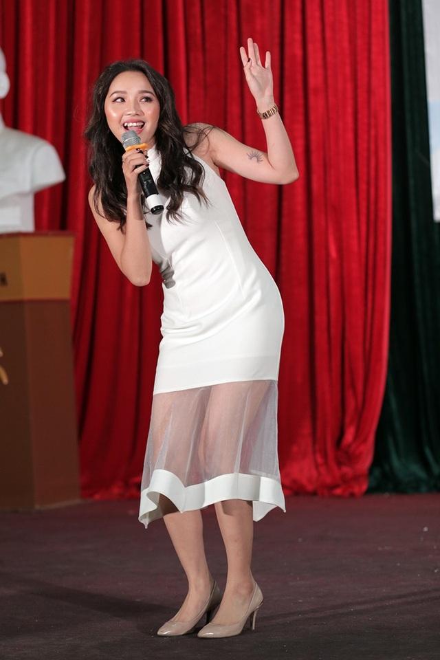Đỗ Ngọc Linh - Học viện Phụ nữ Việt Nam tự tin khoe giọng hát qua ca khúcLà con gái thật tuyệt. Phong cách biểu diễn cuốn hút của 9X nhận được sự ủng hộ từ khán giả. Ngoài giờ học, Ngọc Linh tham gia làm mẫu ảnh, diễn xuất trong nhiều MV của các ca sĩ nổi tiếng.