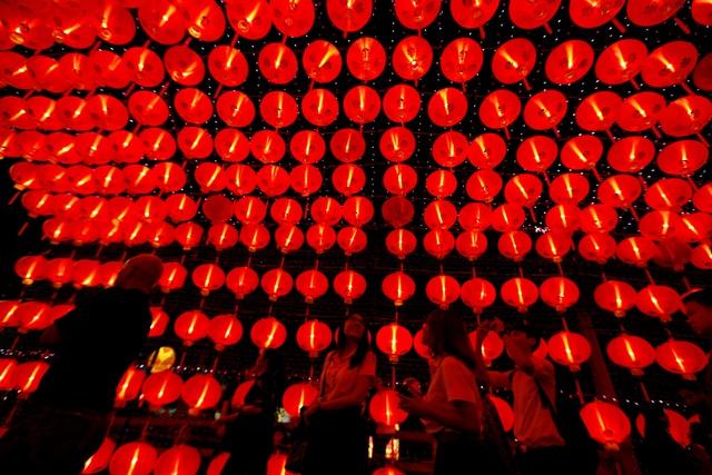 Một khu phố ở Bangkok, Thái Lan được trang trí bằng hàng loạt đèn lồng đỏ nhân dịp năm mới. Trong quan niệm của nhiều người dân châu Á, màu đỏ tượng trưng cho may mắn và thịnh vượng, do vậy đây là màu sắc chủ đạo ở nhiều nơi nhân dịp Tết (Ảnh: Reuters)