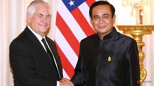 Ngoại trưởng Mỹ Rex Tillerson bắt tay Thủ tướng Thái Lan Prayuth Chan-ocha tại Bangkok ngày 8/8 (Ảnh: Reuters)