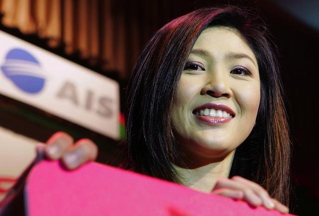 Bà Yingluck bắt đầu xây dựng sự nghiệp từ một doanh nhân và đã gặt hái được nhiều thành công trong lĩnh vực kinh doanh. Bà từng làm giám đốc quản lý của AIS, công ty viễn thông do anh trai bà lập nên, và SC Asset Company, công ty gia đình có liên quan tới lĩnh vực bất động sản. (Ảnh: AFP)