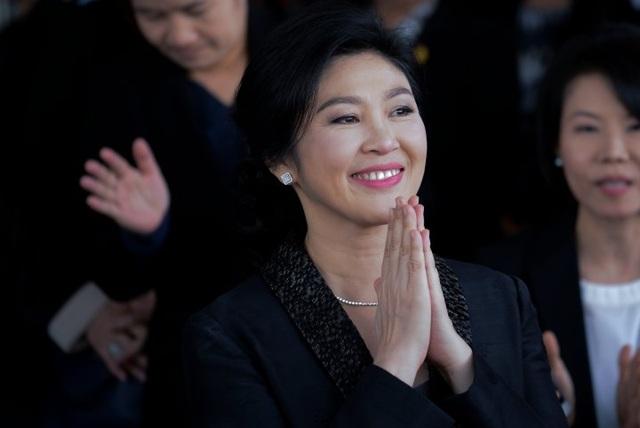Bà Yingluck sinh ra trong một gia đình có truyền thống hoạt động trong lĩnh vực chính trị. Cha của bà, ông Lert Shinawatra, từng là thành viên của quốc hội Thái Lan với tư cách đại diện cho thành phố Chiang Mai. Một chị gái của bà Yingluck là thị trưởng Chiang Mai, anh trai Thaksin là thủ tướng, còn các anh chị khác cũng là thành viên của quốc hội. Trong khi đó, trước khi tranh cử ghế thủ tướng Thái Lan, bà Yingluck không hề có kinh nghiệm chính trường và cũng chưa ra tranh cử lần nào. (Ảnh: Getty)