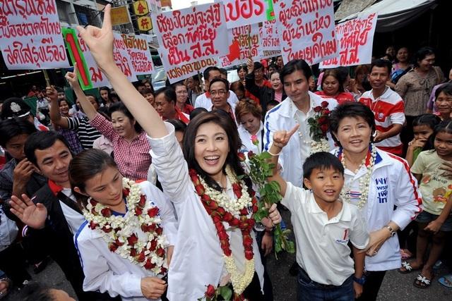 Tháng 5/2011, Đảng Pheu Thai đề cử doanh nhân Yingluck làm ứng cử viên chức Thủ tướng trước cuộc tổng tuyển cử ngày 3/7/2011 dù trước đó bà Yingluck từng tuyên bố không muốn làm chính trị. Tuy nhiên, với sự ủng hộ của đông đảo người dân, đảng của bà Yingluck đã giành chiến thắng trong cuộc bầu cử, đưa bà trở thành nữ thủ tướng đầu tiên của Thái Lan ở tuổi 44. (Ảnh: PRI)