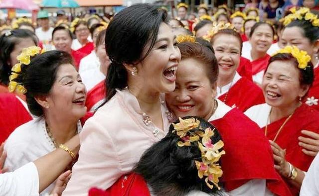 Trong hơn 3 năm điều hành chính phủ từ sau cuộc tổng tuyển cử năm 2011, chính phủ của bà Yingluck được đánh giá cao nhất về năng lực kinh tế, thậm chí vượt lên cả thời cựu Thủ tướng Thaksin. Bà Yingluck cũng ghi dấu ấn trong lòng người dân Thái khi ban hành nhiều chính sách hướng đến người nghèo và vực dậy nền kinh tế Thái Lan. (Ảnh: Reuters)