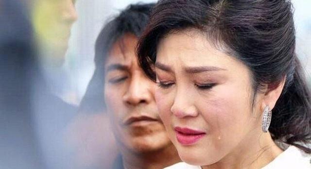 Sóng gió ập đến với bà Yingluck khi vào ngày 7/5/2014, Tòa án Hiến pháp Thái Lan cho rằng nữ thủ tướng xinh đẹp đã lạm quyền và tước quyền của bà. Nhiều bộ trưởng cũng đã bị mất chức vì ủng hộ bà Yingluck, trong khi bản thân bà Yingluck cũng phải đối mặt với nhiều cáo buộc cũng như sức ép từ nhiều phía. (Ảnh: Phuket News)