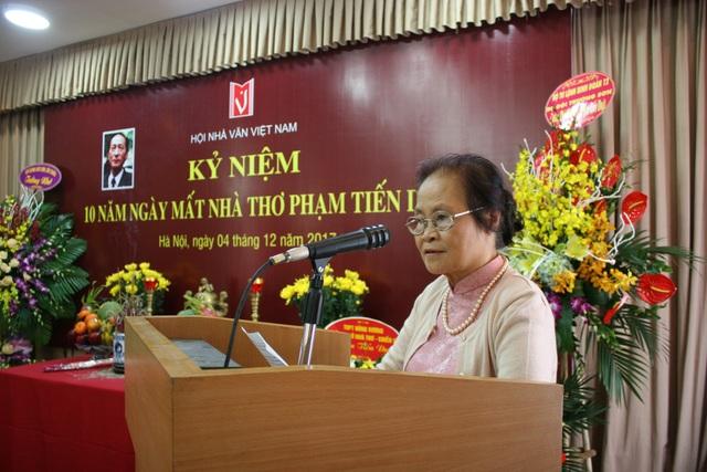 Vợ cố nhà thơ Phạm Tiến Duật trong lễ kỷ niệm 10 năm ngày mất do Hội Nhà văn Việt Nam tổ chức. Ảnh: Hội NVVN.