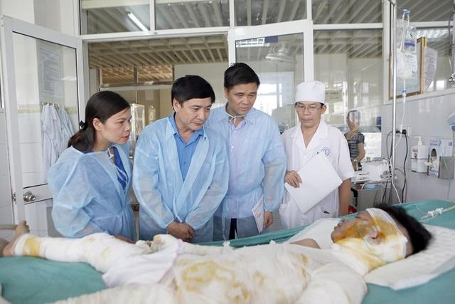 Chủ tịch Tổng Liên đoàn Lao động Việt Nam cùng đoàn công tác vào viện hỏi thăm, động viên nạn nhân vụ cháy ở Hoài Đức
