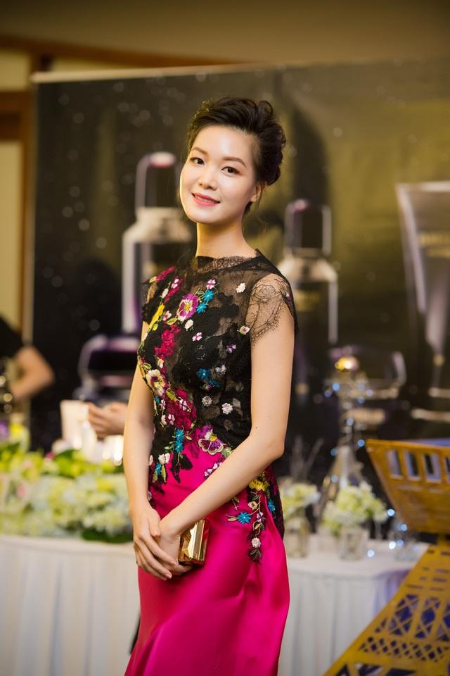 Hoa hậu Thùy Dung cũng có mặt để ủng hộ NTK thân thiết. Thời gian này, cũng như Hoa hậu Mai Phương Thúy, Hoa hậu Thùy Dung tập trung vào dự án kinh doanh riêng, chỉ thỉnh thoảng mới xuất hiện tại các sự kiện phù hợp.