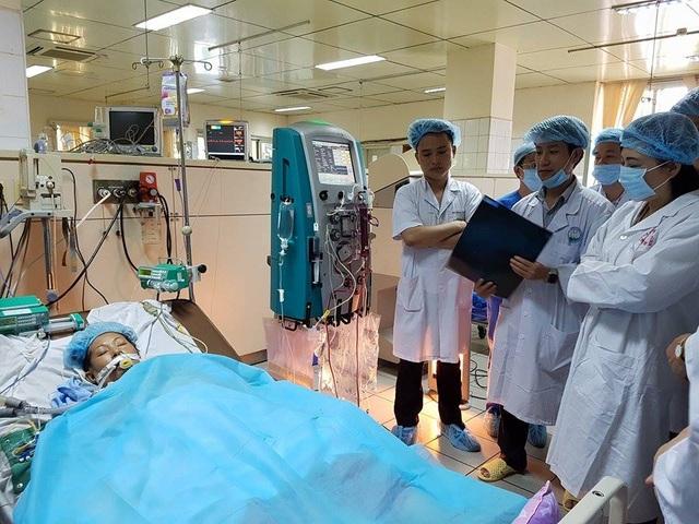 Bộ trưởng Bộ Y tế đến BV Đa khoa tỉnh Hòa Bình thăm nữ bệnh nhân 45 tuổi đang trong tình trạng nặng phải hồi sức tích cực.