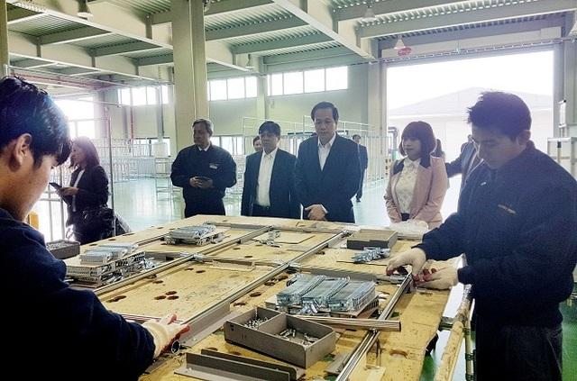 Bộ trưởng Đào Ngọc Dung và đoàn công tác thăm lao động Việt Nam đang làm việc tại Nhà máy sản xuất ống thép G.S.ACE Industry Co, tại tỉnh Gyeonggi (Hàn Quốc).