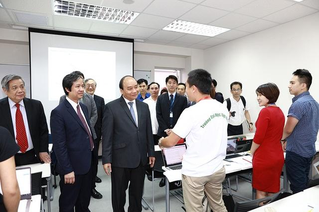 Thủ tướng Nguyễn Xuân Phúc thăm phòng học trường ĐH Việt Nhật (Ảnh: Bùi Tuấn)