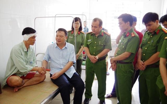Đại tá Nguyễn Văn Trung, Giám đốc Công an tỉnh (ảnh: Công an Hà Nam) thăm, tặng quà Đội trưởng Nguyễn Anh Tú bị thương trong khi làm nhiệm vụ.