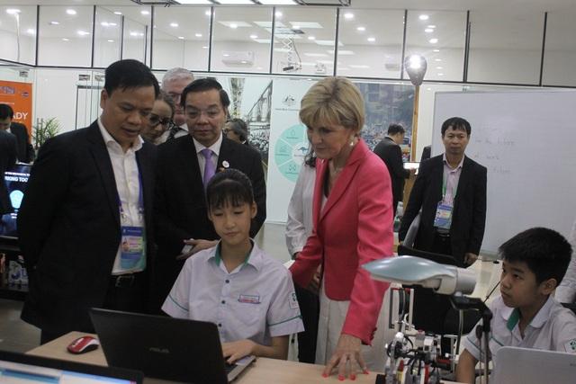 Ông Chu Ngọc Anh, Bộ trưởng Bộ KH&CN Việt Nam và bà Julia Bishop, Bộ trưởng Bộ Ngoại giao và Thương mại Australia đi thăm các gian trình diễn về Đổi mới sáng tạo tại Vườn ươm Doanh nghiệp Đà Nẵng trước sự kiện.