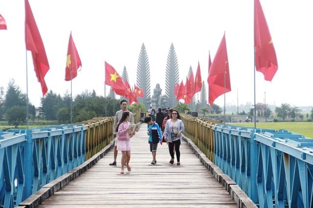 Cầu Hiền Lương được phục dựng lại màu sơn và được sơn thành hai màu vàng, xanh rất đẹp mắt