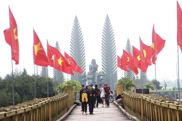 Hàng trăm du khách tham quan Di tích lịch sử Quốc gia đôi bờ Hiền Lương - 6