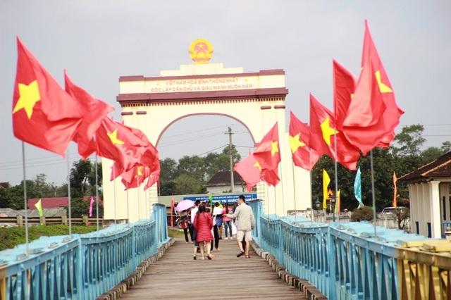 Vào dịp kỷ niệm ngày thống nhất, cầu Hiền Lương thu hút rất đông khách du lịch