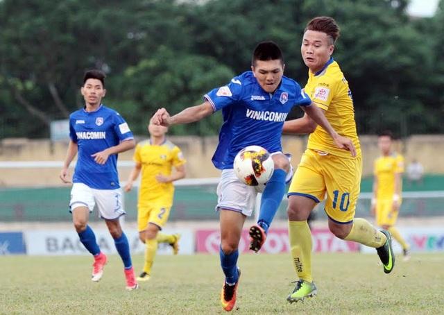 Than Quảng Ninh (áo xanh) thi đấu đầy quyết tâm trước SL Nghệ An, ảnh: Minh Phương
