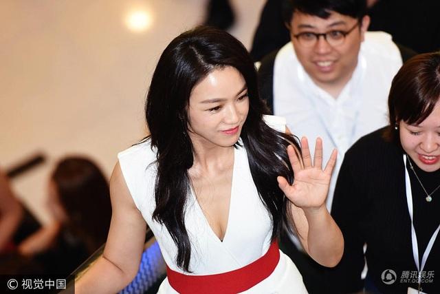 Sự xuất hiện của mỹ nhân Sắc, Giới thu hút sự chú ý của fan cũng như báo giới. Cô vẫy tay chào mọi người và đáp lại tình cảm của khán giả dành cho mình.