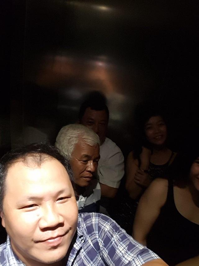 Khách đang bị nhốt trong thang máy (Ảnh: Khách đi thang máy cung cấp cho PV Dân trí)