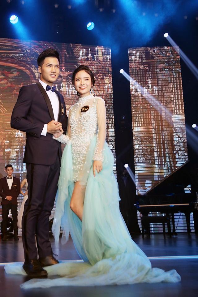 Nguyễn Tùng Lâm lịch lãm sánh bước bên bạn diễn trong phần thi trang phục dạ hội