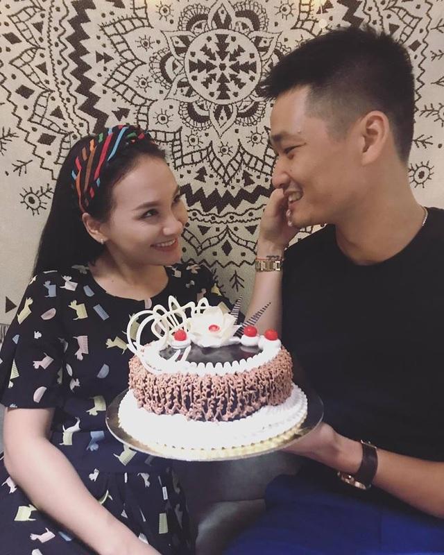 """Bảo Thanh hạnh phúc bẹo má chồng và nhìn anh đầy âu yếm khi cả hai cùng đón sinh nhật bên nhau. Cô viết: """"Cảm ơn tình yêu. Điều giản dị nhưng lại là điều tuyệt vời nhất, quý giá nhất của em. Sinh nhật sớm một chút chút""""."""
