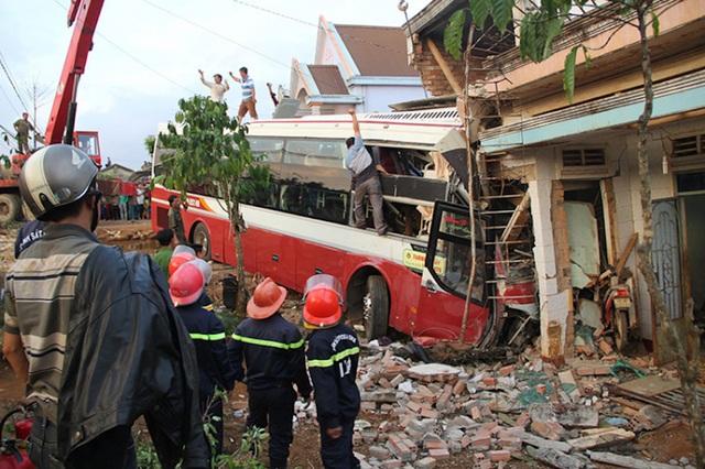 Xe khách công ty Thành Bưởi vừa gây ra vụ tai nạn làm 2 người chết, 2 người bị thương tại Lâm Đồng