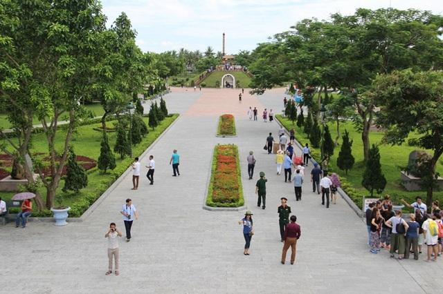 Người dân về tri ân liệt sĩ tại Thành Cổ Quảng Trị