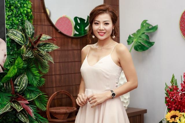 Khi những hình ảnh thân mật với Việt Anh được báo chí đăng tải, Thanh Hương khá sốc bởi góc chụp khiến cô bị khán giả hiểu lầm. Vì không muốn vợ của Việt Anh nghĩ tiêu cực, cô đã chủ động nhắn tin về loạt ảnh này và bà xã Việt Anh hoàn toàn thông cảm.