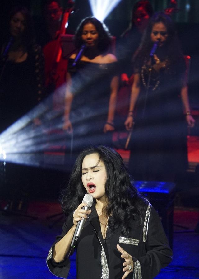 Thanh Lam tiết chế sự phá cách, hát vừa mềm mại vừa sexy đem đến màn trình diễn hấp dẫn trong đêm nhạc Phú Quang.