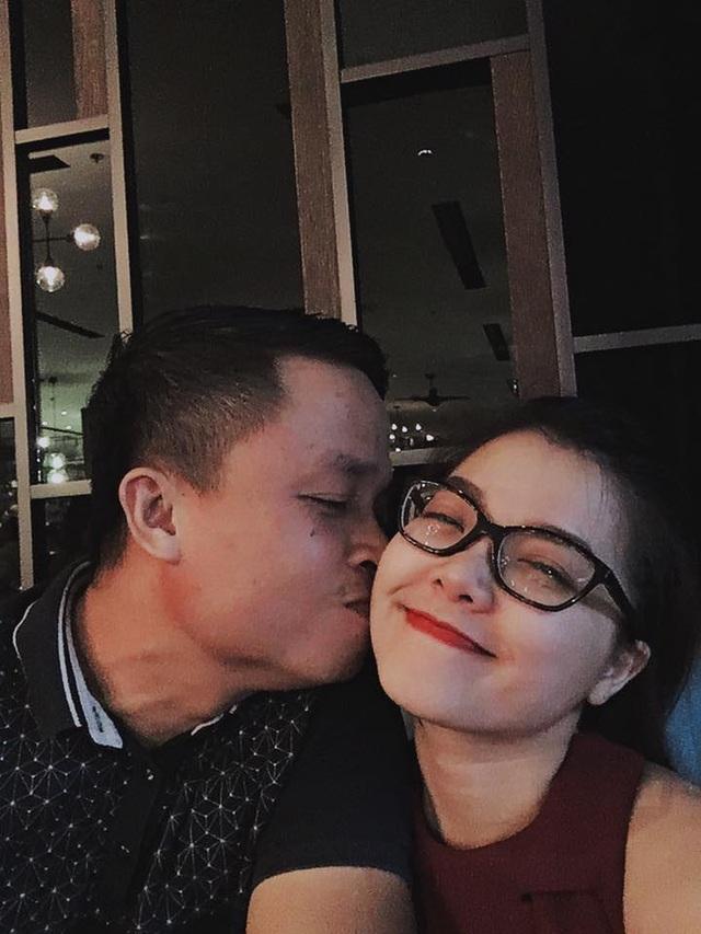 Ca sĩ Thanh Ngọc và chồng cùng đi ăn tối tại một nhà hàng sang trọng, dành cho nhau những nụ hôn tình cảm. Và ý nghĩa nhất chính là chia sẻ của nữ ca sĩ: Mãi là tình nhơn.