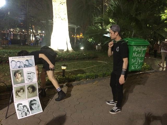 Hai bạn trẻ nhặt rác trên phố đi bộ khiến nhiều người tò mò