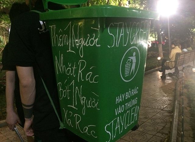 Thông điệp trên thùng rác mà Giang địu trên lưng
