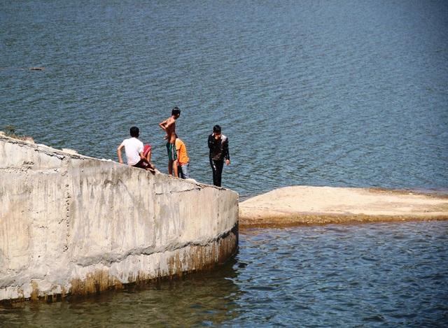 Khu vực bị xả lũ vẫn thường có nhiều thanh niên đến đây tắm, nghịch (ảnh chụp trưa 23/3)