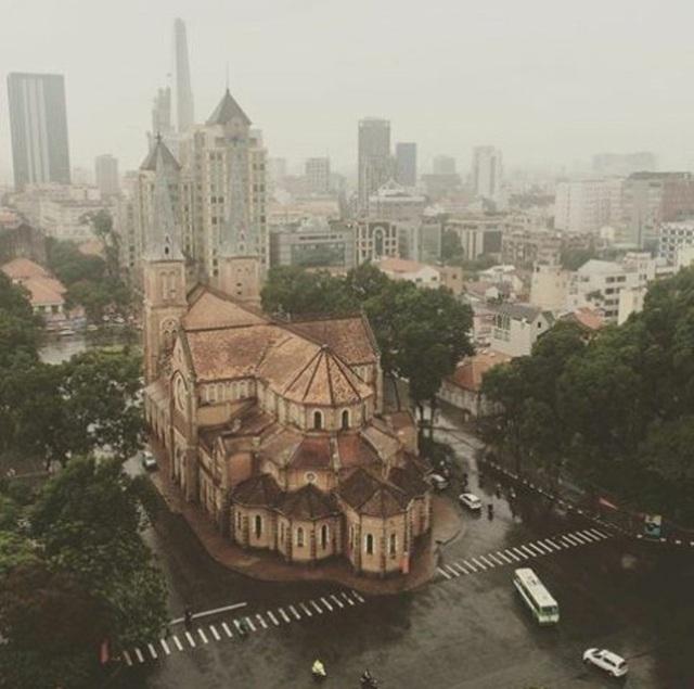 Sài Gòn nhìn từ trên cao qua màn mưa mỏng đang giăng mắc khắp đất trời.