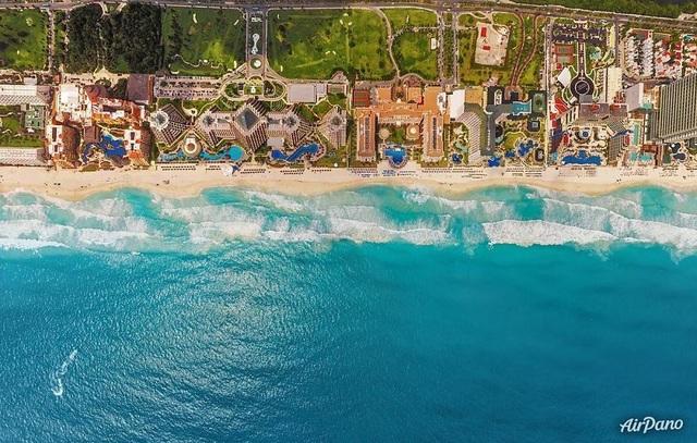 Cancún là một thành phố ven biển trong tiểu bang cực đông của México, Quintana Roo, trên bán đảo Yucatán. Là một thành phố phát triển nhanh chóng, dân số ước tính của Cancún là 705.000 người vào năm 2010.